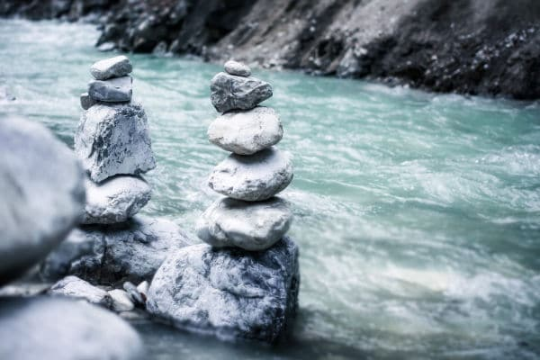 Der fabelhafte Klang der Nieren_Bild Steine an Fluss